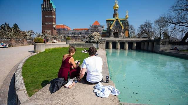 Picknick mit Ausblick: Die Russische Kapelle ist auf der Mathildenhöhe ist ein Blickfang.