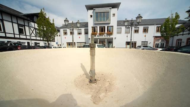 Sparsam: Aus Wassermangel ist der Brunnen vor dem Königsteiner Rathaus abgeschaltet.