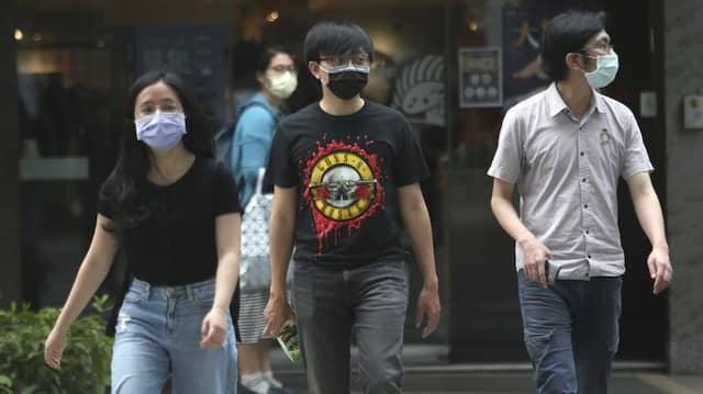 Passanten in Taipeh tragen Schutzmasken.