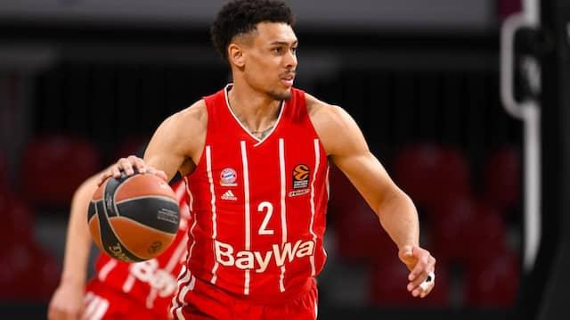 Bayerns Wade Baldwin führt den Basketball.