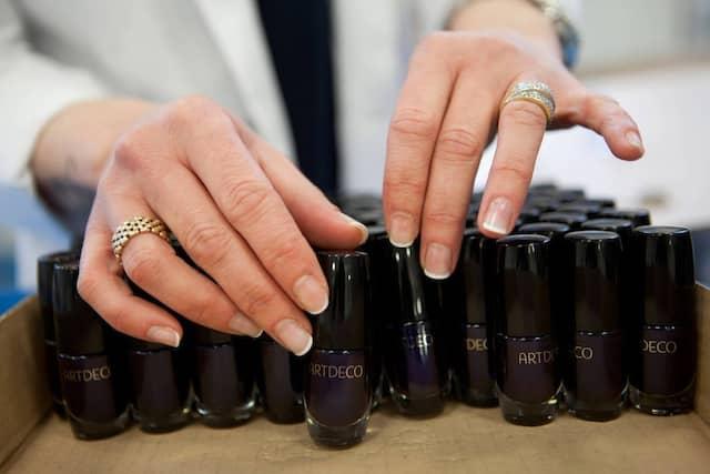 Die Kosmetikfirmen werben mit der Qualität ihrer Lacke. Die Herstellung übernimmt aber kaum eine der großen Marken selbst. Vielmehr kaufen sie die zähe Masse fertig ein