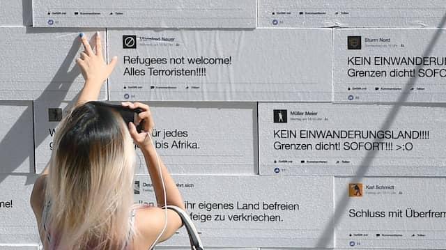 Installation auf dem Gendarmenmarkt mit Hasspostings aus dem Internet, 5. September 2017.