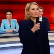 """Die Moderatorin Susan Link vertritt den erkrankten Moderator Frank Plasberg in der WDR-Talkshow """"Hart aber fair"""". Hinter ihr die Linken-Politikerin Sahra Wagenknecht, der CSU-Generalsekretär Markus Blume und die ARD-Börsenexpertin Anja Kohl (von links)"""