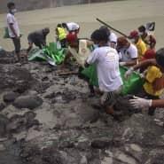 Rettungskräfte bergen die Opfer bei einem Einsatz nach einem Erdrutsch in Hpakant, Burma.