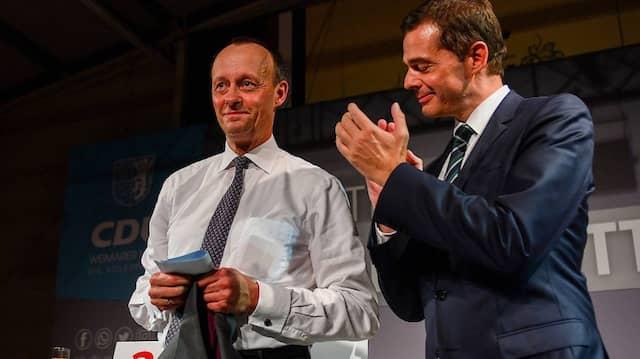Der Noch-Landesvorsitzende der CDU in Thüringen, Mike Mohring (r.), beklatscht am Mittwochabend den Auftritt von Friedrich Merz in Apolda beim politischen Aschermittwoch.