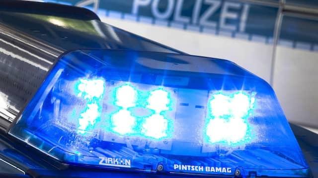 Vier Polizeibeamte wurden in Paris von einem Mann mit einer Eisenstange angegriffen.