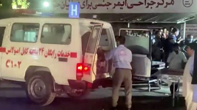 Nach dem Anschlag: Verletze werden am 26. August ins Krankenhaus von Kabul gebracht.