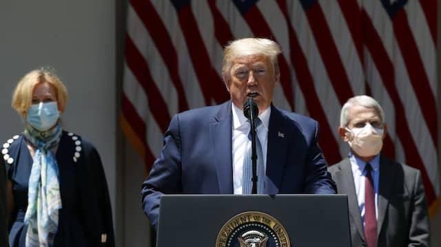 Der Mann ohne Maske: Donald Trump im Mai mit dem obersten Immunologen Anthony Fauci (r.) und Deborah Birx, Koordinatorin der Coronavirus-Arbeitsgruppe des Weißen Hauses