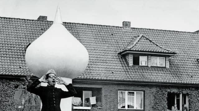 Hoffentlich gibt es hier wirklich jemanden, der mein Signal hört und versteht: Vom Dach der 1957 eingeweihten Fazle-Omar-Moschee in der Wieckstraße im Hamburger Stadtteil Stellingen rief ein Muezzin schon im Mai 1961.