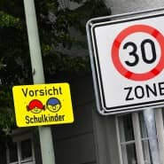 Eine Tempo-30-Zone bei einer Schule: Hier könnten Fahrverbote nach einem Kompromissvorschlag künftig ab 21 kmh Geschwindigkeitsüberschreitung fällig werden.