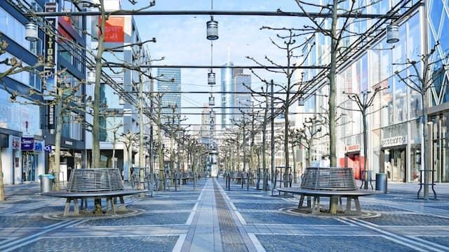 Frankfurt im April 2020:  Die sonst so geschäftige Einkaufsstraße Zeil ist menschenleer.
