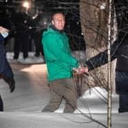 Der russische Oppositionspolitiker Alexej Nawalnyj wird am Montag aus einer Polizeistation nahe Moskau gebracht.