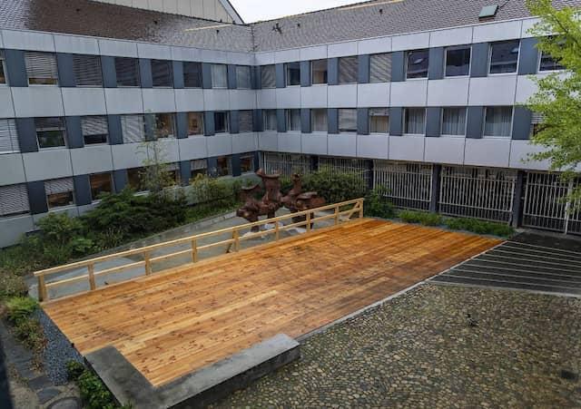 Der von Enten genutzte Teich im Innenhof des Landgerichts Freiburg wurde für eine Plattform für Justizfahrzeuge trockengelegt und umgebaut.