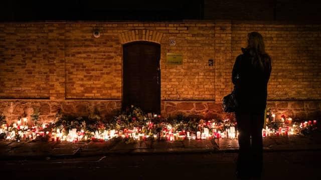 Im Gedenken: Besucherin vor der Synagoge in Halle.