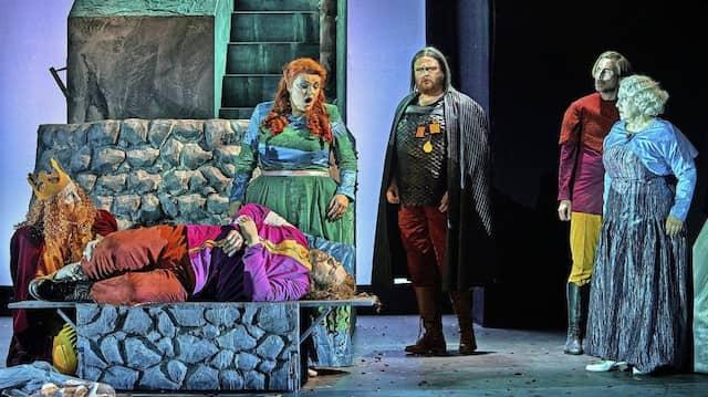 """""""Mild und leise, wie er lächelt"""": Kelly God singt Isoldes Liebestod über dem liegenden Tristan (Stephen Gould)."""
