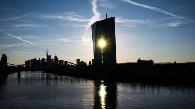 Das Gebäude der Europäischen Zentralbank in Frankfurt in der untergehenden Sonne