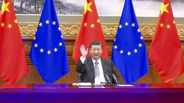 Chinas Präsident Xi Jinping bei einer Videokonferenz mit Bundeskanzlerin Merkel, Frankreichs Präsident Macron, EU-Kommissionspräsidentin von der Leyen und dem EU-Ratspräsidenten Michel im Dezember 2020