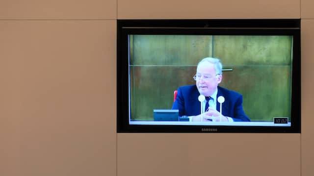 Plötzlich populäre Populisten: Unser Bild zeigt Alexander Gauland, dessen Redebeitrag für die AfD im brandenburgischen Landtag auf einen Bildschirm ins Foyer des Parlaments übertragen wird.
