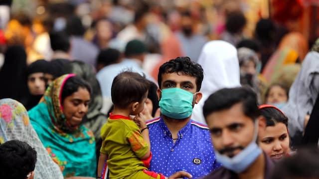 Markt in Pakistan: Die WHO drängt darauf, vor den Kindern in reichen Ländern erst die Älteren und Gefährdete in ärmeren Ländern zu impfen.