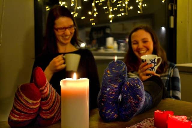 Tee, Wollsocken, Kerzen (am besten mit Duft): Da kann's schon ganz schön hygge werden.