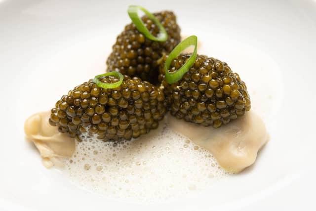 Kurz pochierte Gillardeau-Austern-Nr. 1 mit Impérial-Kaviar Auslese, jungem Zwiebellauch und leichter Austernnage mit Champagneressig