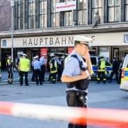 Der abgesperrte Düsseldorfer Hauptbahnhof am Freitagmorgen: Nach Angaben der Polizei gibt es Hinweise auf eine Brandstiftung.