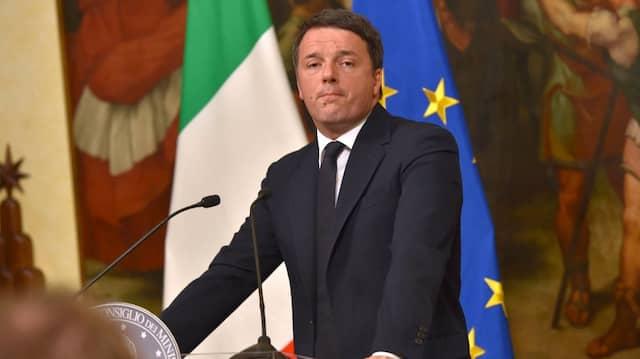 Italiens Regierungschef kündigt seinen Rücktritt in einer Pressekonferenz an.