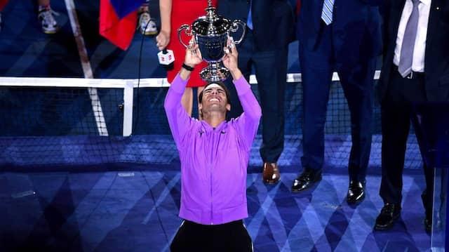 Rafael Nadal und die Nummer 19: Der Spanier reckt nach dem gewonnen finale gegen Daniil Medwedew die Trophäe in den New Yorker Himmel.