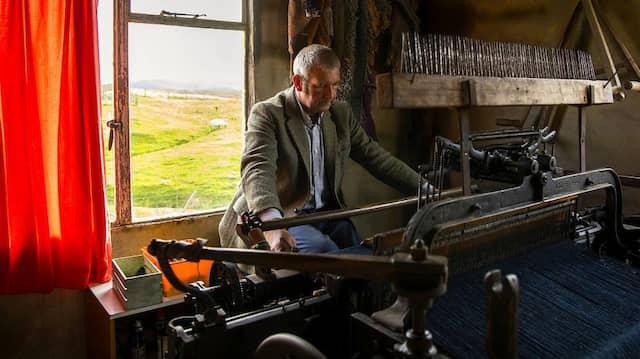 Old school: Weber Iain Martin an seinem alten mechanischen Webstuhl.
