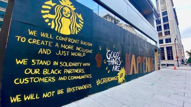 Ein Starbucks am neuen Black-Lives-Matter-Plaza in Washington D.C.