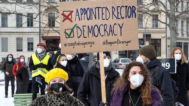 Auch in Berlin versammeln sich Demonstrierende, um auf die Ernennung Melih Bulu als neuen Rektor der Bosporus-Universität aufmerksam zu machen.