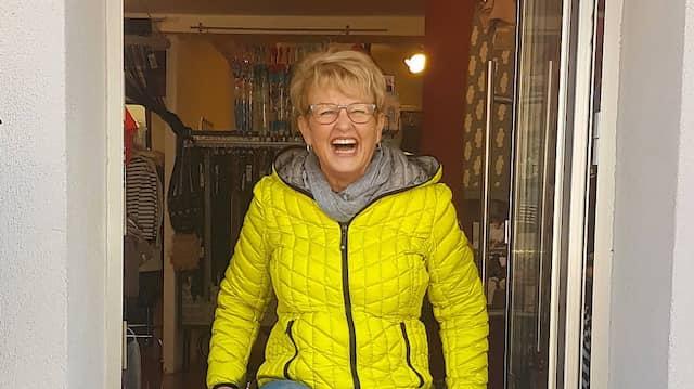 Rita Ebel vor dem Ausgang des Kinderbekleidungsgeschäfts halbstark in Bensheim, vor dem ihre Legorampe Anwendung findet.