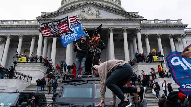 Trump-Anhänger am Mittwoch vor den Toren des Kapitol in Washington.
