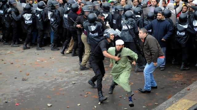 Polizeikräfte in Alexandria bei dem Versuch, Gegner und Anhänger Präsident Mursis auseinanderzubringen