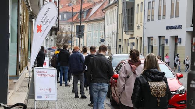 Für Geimpfte wäre das nicht mehr nötig: Menschen stehen in Weimar vor einem Testzentrum Schlange.