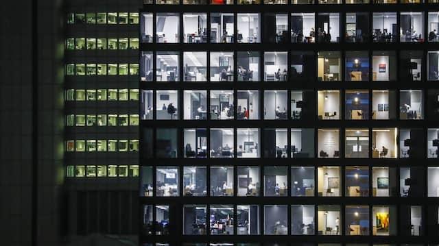Lagerfeuer für Beschäftigte: Büros – wie jene in der Frankfurter Bürotürmen – werden zunehmend ein sozialer Treffpunkt und immer weniger ein reiner Arbeitsort, sagen Experten.