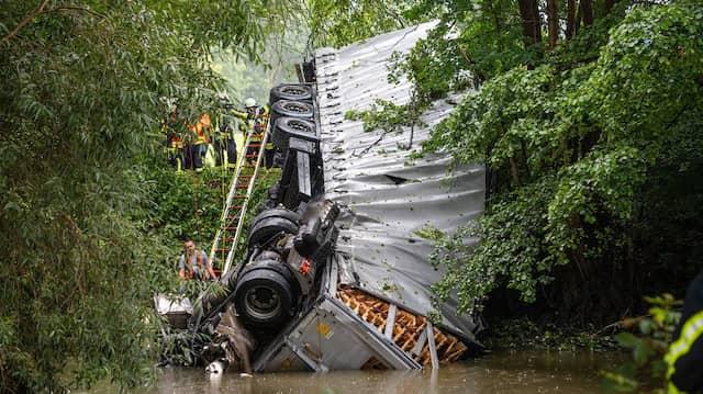 Aus 15 Metern Höhe ist ein Sattelschlepper von der A66 in den Fluss Kinzig gestürzt.