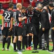 Eintracht-Verteidiger Marco Russ humpelt nach seiner Verletzung vom Feld.