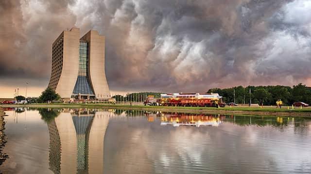 Braut sich da was zusammen? Im Sommer 2013 wurde der Myonen-Speicherring (auf dem Lastwagen) am Fermilab nahe Chicago angeliefert. Jetzt wurden erste Ergebnisse verkündet.