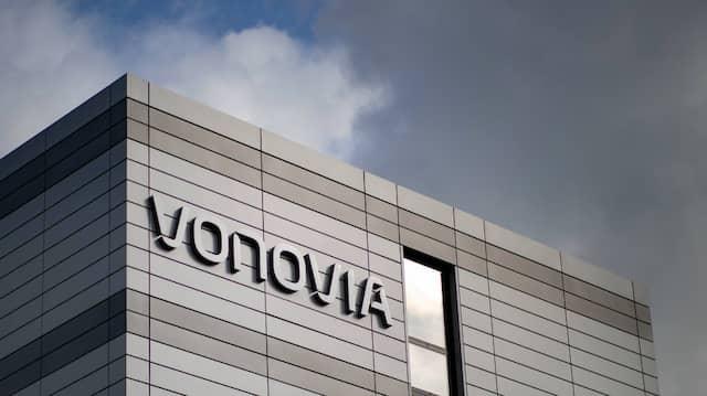 Der Schriftzug des Wohnungsunternehmens «Vonovia» hängt an der Firmenzentrale.