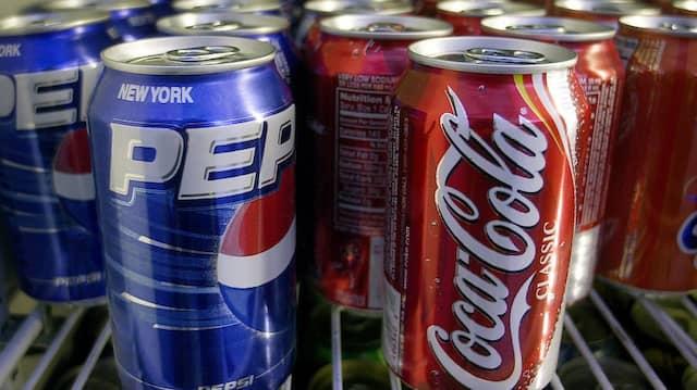 Dosen der Firmen Pepsi und Coca-Cola buhlen um die Gunst des durstigen Verbrauchers.