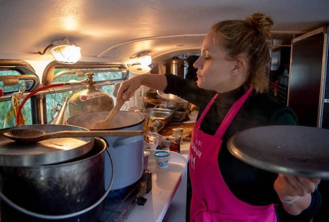 Eine Teilnehmerin der Aktion kocht die Kartoffeln in einem umgebauten Bus.