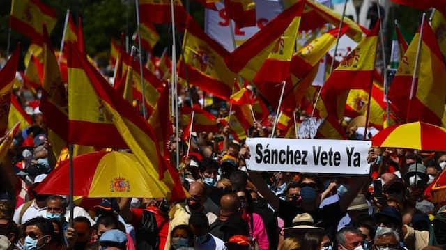 """Auf einem Transparent beim Protest am Sonntag in Madrid  ist zu lesen: """"Sánchez, Vete Ya"""" – """"Sánchez, geh' jetzt""""."""