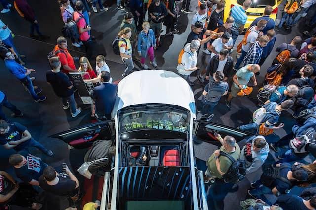 """Diese Art Autos wird """"im Alltag nur selten artgerecht bewegt"""": Besucher schauen sich einen Mercedes-AMG GLE 53 an."""