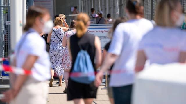 Menschen vor einem Impfzentrum in Hamburg