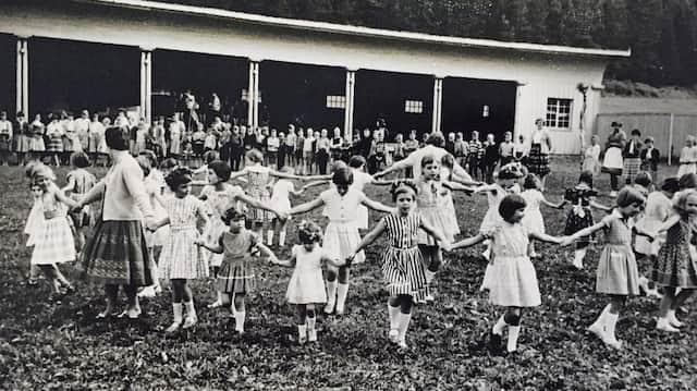 """Schöner Schein: Tanzende Mädchen 1959 in einem Kurheim in Bad Dürrheim. Der Alltag vieler """"Verschickungskinder"""" sah in Wirklichkeit viel düsterer aus."""