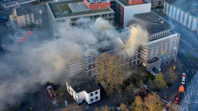 Bis in die Nacht war die Feuerwehr damit beschäftigt, den Brand auf dem Dach der Fachhochschule zu löschen.