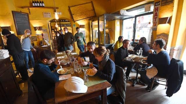 Restaurantbesuche wie hier im Februar in Mailand werden wieder gefragt sein nach dem Lockdown. Und es ist gut möglich, dass die Menschen bereit sein werden, höhere Preise zu zahlen.
