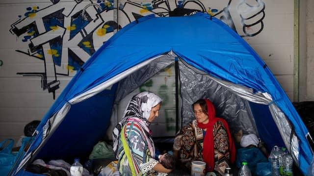 Lagerinsassen aus Moria in einer Lagerhalle nach dem Brand im Aufnahmelager.