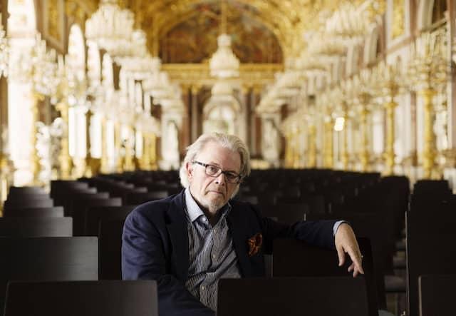 Dirigent Enoch zu Guttenberg im Spiegelsaal des Schlosses Herrenchiemsee